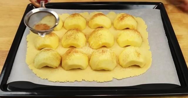След тази рецепта никой вече не прави традиционен ябълков пай, а всички залагат на този сладкиш (видео)