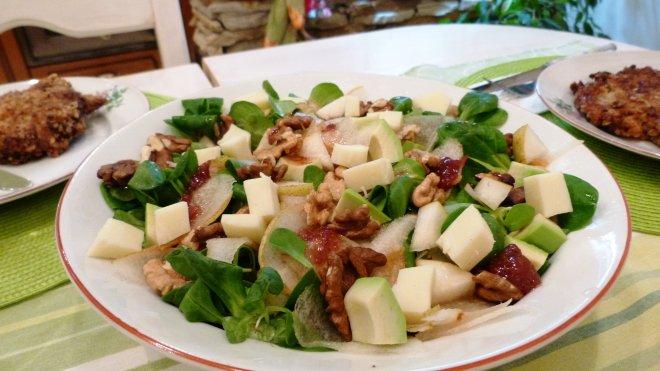 Различно предложение за традиционната зелена салата с круши и орехи