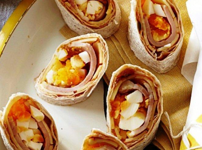 Питателна и топла идея Рулца с бекон, сирене и яйца